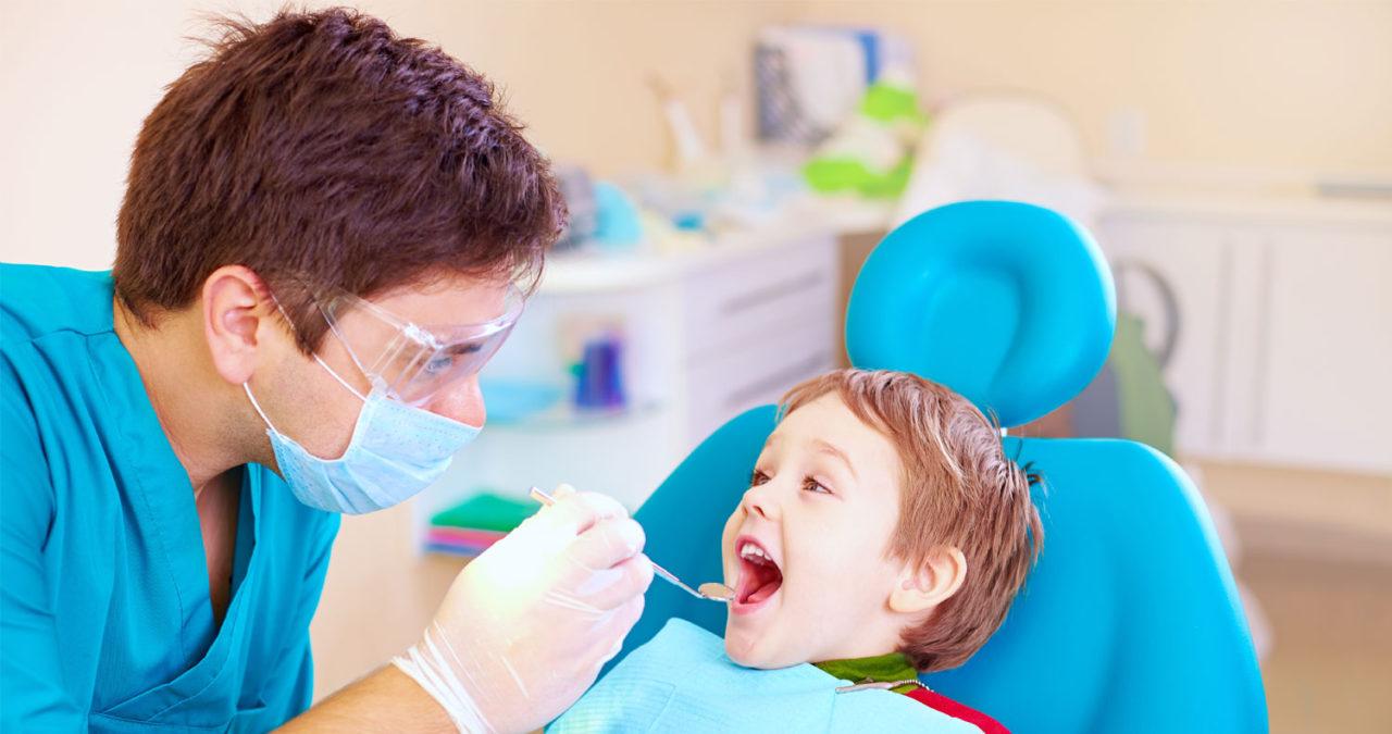 врач стоматолог и ребенок