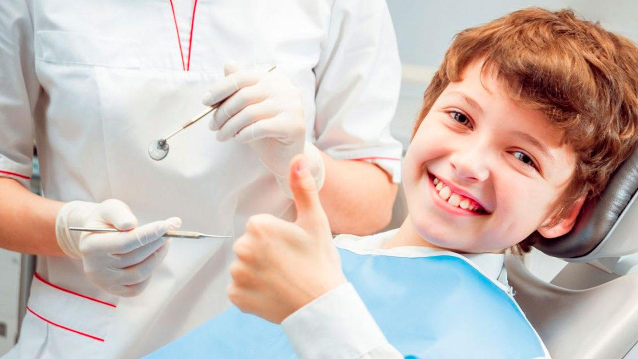улыбающийся ребенок после лечения зубов